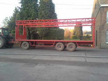 Trailer with lateral clamping roof