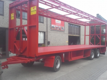 Trailer with clamping roof