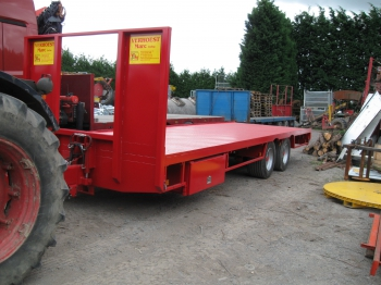 Fixed trailer with spring-loaded dee